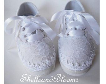 Boda nupcial zapatos planos - vintage Shabby chic blanco o marfil encaje - ajuste de ojal - inspirado - tenis tenis - los cordones de cinta raso