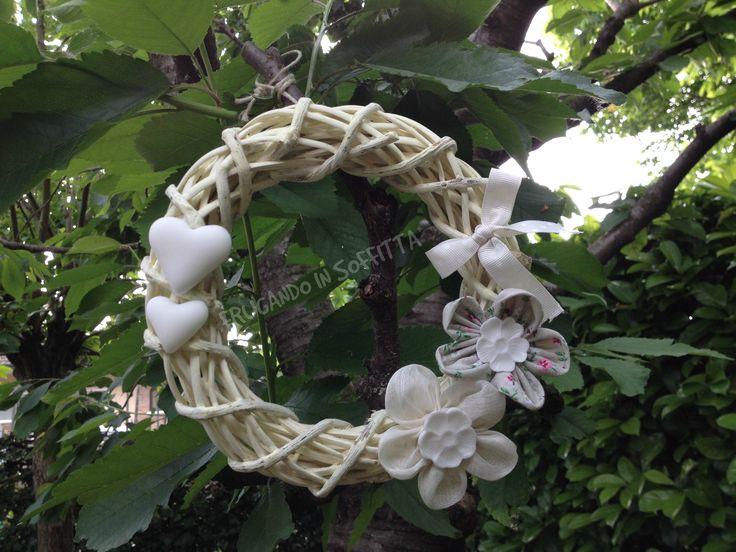 corona floreale con decori in stoffa e pasta gabrylea