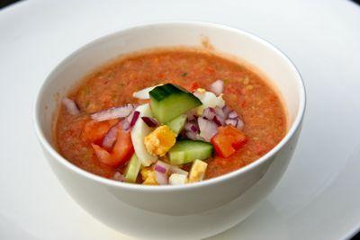Het recept van gazpacho is zeer populair. Bijna iedereen kent gazpacho, maar toch is er geen authentiek Spaans recept. Het Latijnse woord caspa betekent namelijk 'restant'. Vaak zijn tomaten en komkommer de basis, zo ook in dit geval. Zet de soep na bereiding een tijdje in de koelkast, de smaak wordt er beter van.