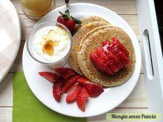 Deliziosi pancakes senza glutine, uova, lattosio o grassi facilissimi da preparare: ideali per vari tipi di intolleranza o per chi segue una dieta vegana.