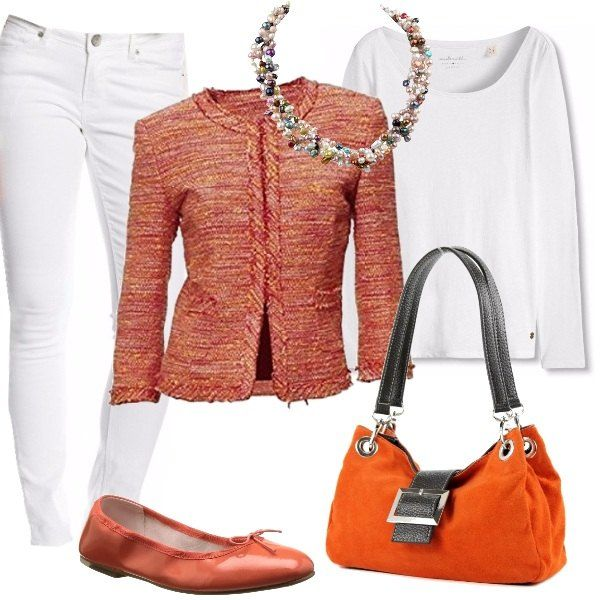 Una stupenda collana di perle multicolore, a quattro fili, è abbinata così: jeans bianchi slim fit, blazer arancio bouclé, blusa bianca, ballerine di pelle e borsa a mano di camoscio, entrambi arancio.