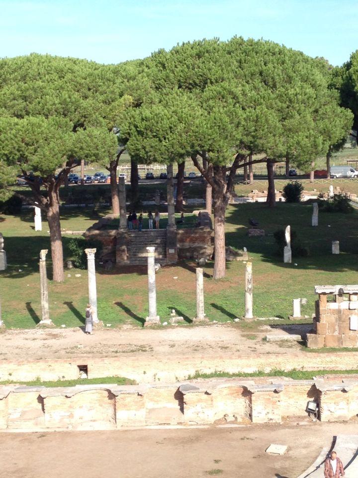 Een foto van het marktplein in Ostia genomen vanaf het amfitheater.