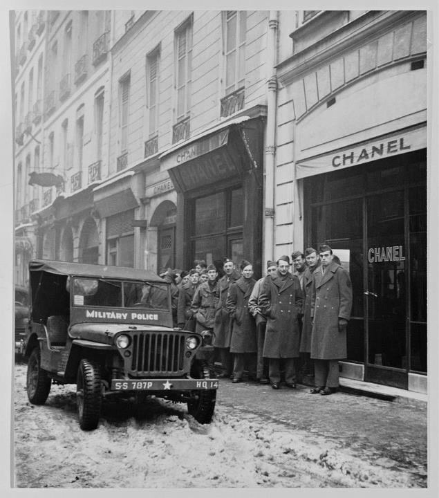 France. WWII. American soldiers queue in front of 31 Rue Cambon to buy CHANEL N° 5 in 1945
