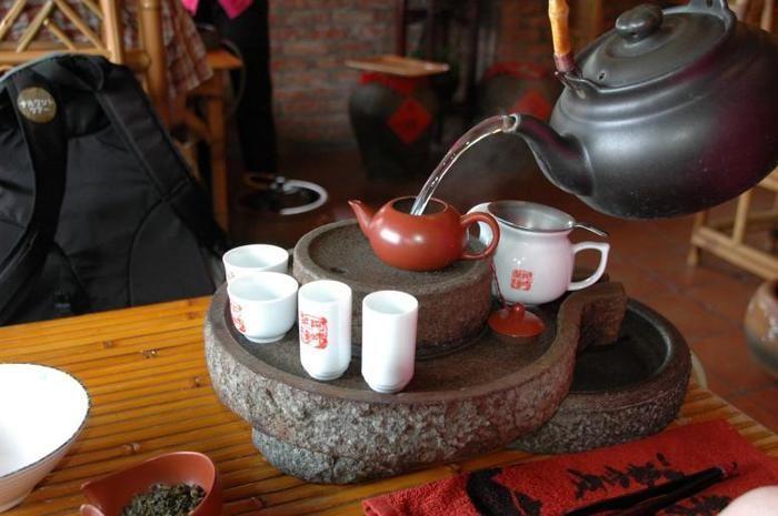 中では伝統的な台湾のお茶を楽しんだり、スイーツを食べながらのんびり過ごすことができます。 山あいに建っているお店が多いので、見晴しもよく窓際はいつもお客様でいっぱいです。