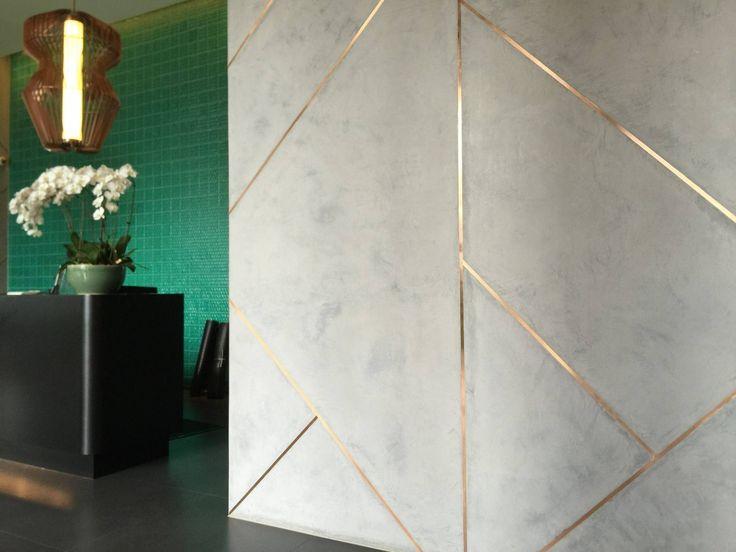 Okolo 50 zł za m2 cena dla klienta, taki efekt można uzyskać albo za pomocą farby - mamy miedzianą farbę i farbę z prawdziwym złotem (Eclat - http://www.novacolor.pl/.../metaliczn.../eclat-wall-painting). Można też wkleić prawdziwe listwy metalowe, tylko jest więcej roboty i koszt większy