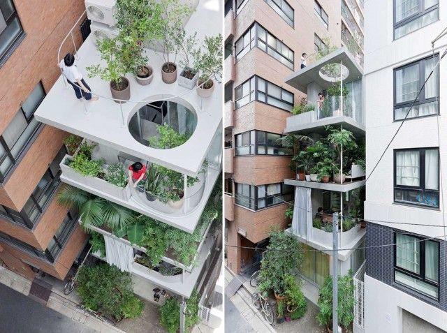 House with Growing Plants – Fubiz™ L'architecte Ryue Nishizawa des studios SANAA basé à Tokyo a conçu cette maison de cinq étages et de seulement quatre mètres de large comme un véritable jardin vertical. Une série de dalles de béton empilées et bordées de murs de verre composent le bâtiment afin d'éviter le rétrécissement des espaces intérieurs.