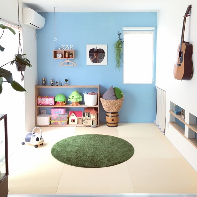 真ん中のかごがニトリ/Shinoさんの、部屋全体,和室,ニトリ,おもちゃ収納,カインズホーム,琉球畳,セルフペイント,無印良品 壁に付けられる家具,いいね&フォローありがとうございます♡,whity colors,円形ラグマット,おもちゃの棚DIY,鏡に映ってた(^◇^;)笑,のお部屋写真