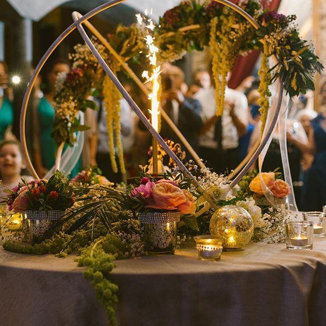 Chocolate cake + flowers+ shiny lights = happiness 🎂 🌺 💥😁 . . . #weddingcake #weddingsitges #flowers #livingwithflowerseveryday #almiraldelafont #pasteldeboda #sitges #weddingdecor #details 📸 @fotografiavictorlinares 🎂 @cateringsensacions