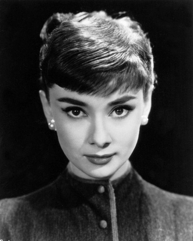 Одри Хепберн в своей первой рекламной фотосессии для студии Paramount. 1953 г.   Источник: https://www.adme.ru/tvorchestvo-kino/20-redkih-fotografij-nepodrazhaemoj-odri-hepbern-1108560/ © AdMe.ru