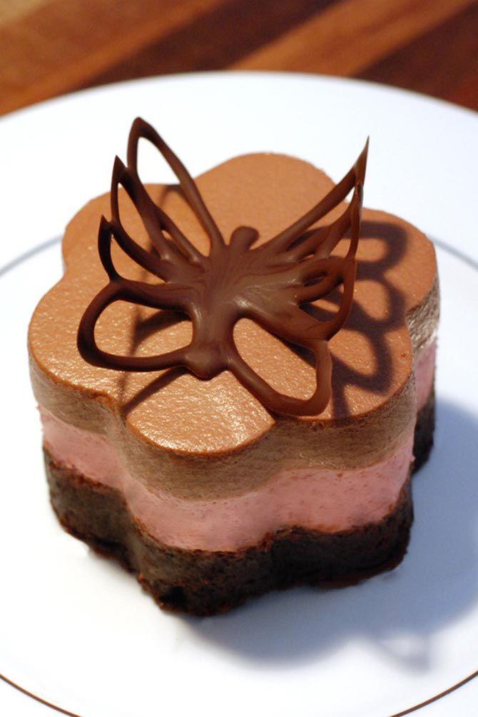 Flotte nytårskager i tre etager med brownie bund, hindbærmousse og chokolademousse.