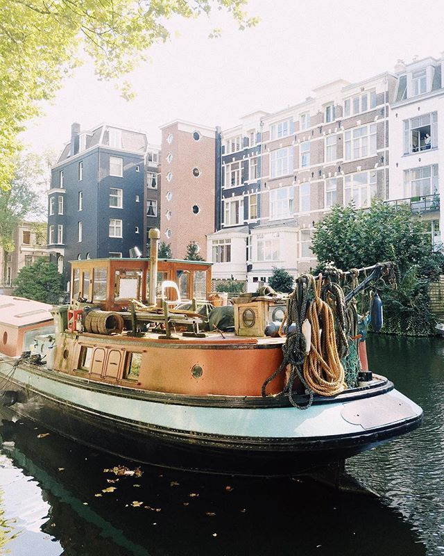 Lets talk about Amsterdam Canels and the boathouses. Thanks to the hippies they started the trend way back in the old days and here we are.  . . #iamamsterdam
