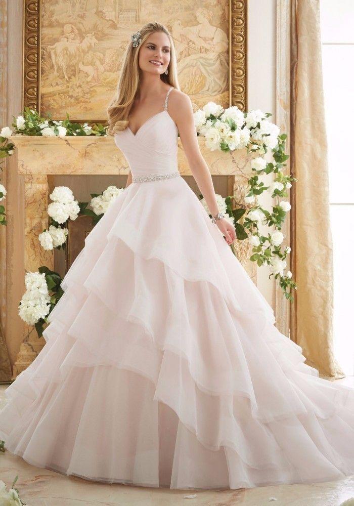 Coucou mes beautés ! Voici une magnifique robe de Mori Lee que nous allons découvrir sous tous les angles ! Qu'en pensez-vous ? Aimeriez-vous porter cette robe pour votre jour j ?