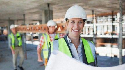 Bild Berufsunfähigkeitsversicherung: Ingenieurin mit Helm in einer Produktionshalle