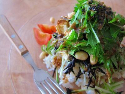 「ひじきとお豆腐の玄米サラダ」  玄米ってカロリーが低くて、食べ応えがあって香ばしく、とっても美味!そんな玄米を和風ライスサラダに♪玄米の美味しさを再確認するはずです♪-材料-・玄米ごはん・・・人数分・ひじき(さっとゆがいて水切り)・・・好きなだけ・水煮大豆・・・好きなだけ・木綿豆腐(水をきる)・・・好きなだけ ・水菜(適当な長さにカット)・・・好きなだけ <ゴマドレッシング>(作りやすい分量)・炒り白ごま・・・大さじ3・しょうゆ・・・大さじ3 *オリーブオイル・・・大さじ3・酢・・・大さじ1・砂糖・・・大さじ1*ごま油に代用可  -作り方-①ドレッシングを作る すり鉢にゴマを入れ、油分が出てしっとりするまですります。これが↓こうなるまでです♪ゴマの良い香りに包まれてください♪♪そこへ、ドレッシングの残りの全ての材料を加えてよく混ぜ合わせましょう。②お皿に、盛り付けて出来上がり♪玄米ごはんを下に敷いて、材料を次々乗せて盛り付けます。食べる直前にドレッシングをかけて、さあ召し上がれ~