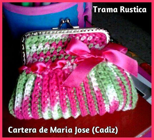 Nuestra amiga María José es ya una auténtica experta y nos ha mandado otras de sus creaciones, una magnífica cartera en tonos verdes y rosas. ¡Gracias!