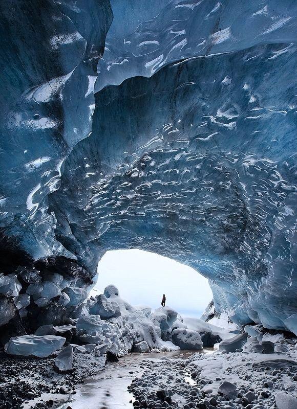 LSkaftafell, cueva de hielo, en Islandia.       Las cuevas de hielo son estructuras temporales que se forman en el borde de los glaciares cuando el agua derretida forma un agujero. El hielo formado tiene muy pocas burbujas de aire y absorbe toda la luz excepto el azul, que da a la cueva ese color único.