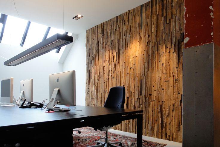 On apprécie le panneau mural en bois Wheels pour son aspect rustique, chaleureux et authentique au sein d'une pièce de travail / Wonderwall Studios