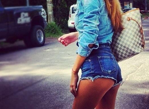 Короткие джинсовые шорты как у звёзд с чуть открытой попой