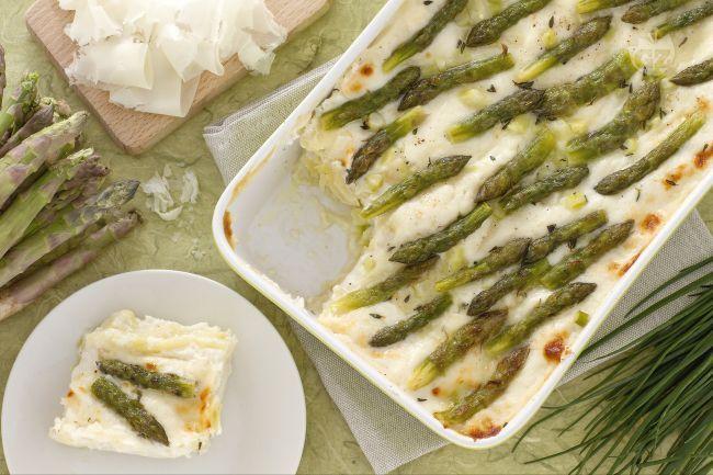 Le lasagne asparagi e raspadura sono un primo piatto raffinato e saporito, agli strati di pasta si alternano la besciamella e morbida raspadura