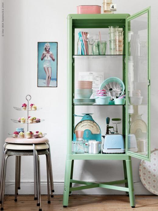 Det fina retroskåpet FABRIKÖR är en perfekt och inbjudande inramning till en 50-tals flört av nya och gamla köksredskap och porslin i pasteller!