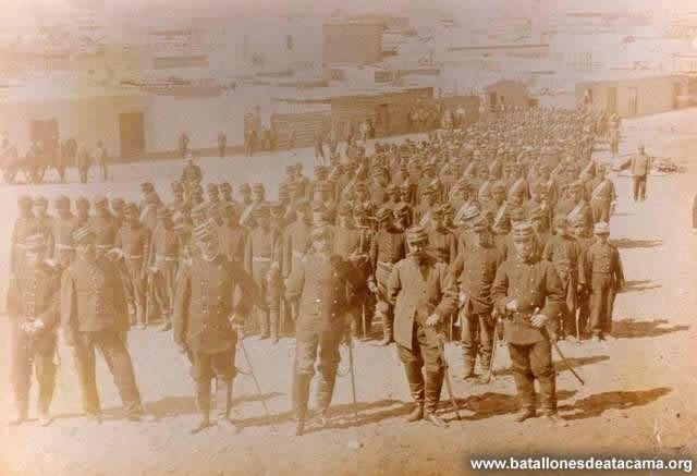 Fotografías Históricas de La Guerra del Pacifico 1879 _ 1884 Antofagasta 1879. Regimiento de Granaderos a caballo, desmontados, en primer plano, el cuarto de izquierda a derecha su comandante, el valiente Teniente Coronel Tomás Yávar.