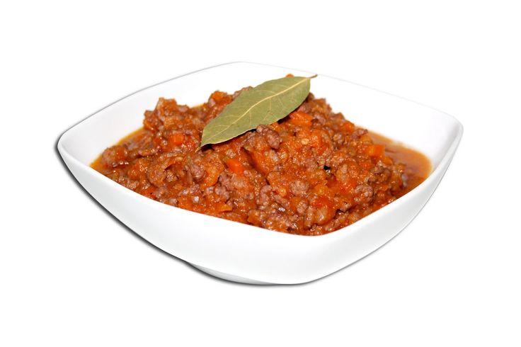 Salsa Bolo�esa Ingredientes •350gr Carne picada (ternera/cerdo) •2 dl de aceite de oliva •1 diente de ajo •1 zanahoria •2 ramitas de perejil •¾ Kilos de tomates triturados  Instrucciones ver: http://www.1001consejos.com/salsa-bolonesa/