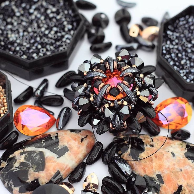 А вот немножко процесса, кальциты из Кабошона наконец-то найдут свое колье! А семечки уже не те:) (в роли семечек chilli beads и полумесяцы) / working on new necklace with semi precious stones. And Chilli beads remind me sunflower seeds:) #beadedjewelry #beadweaving #chillibeads #рабочиймомент #бисероплетение #kaboshon_ru #искусствоплетения