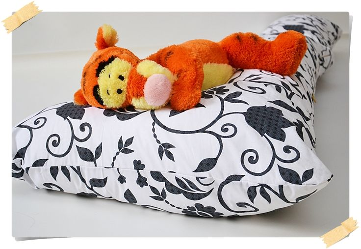 pregnancy and relaxing pillow - retro theme, black and white. www.pernegravide.ro