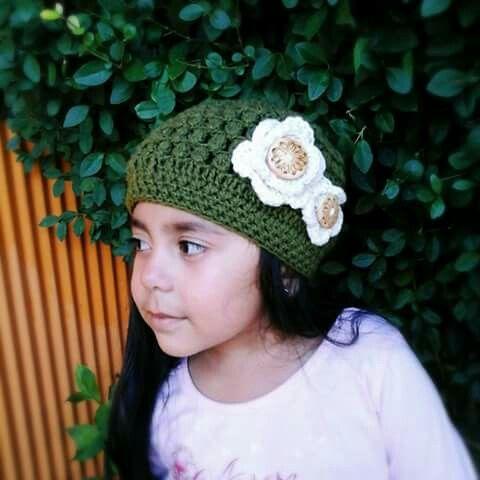Gorro color verde musgo con flores y botones de madera