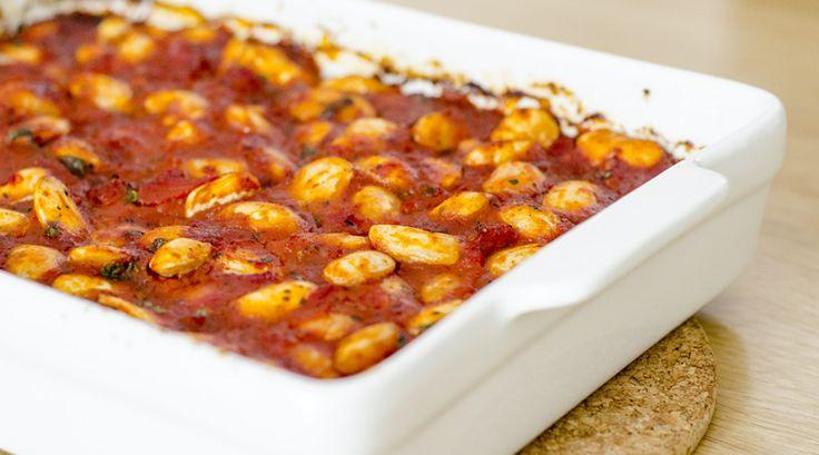 Zelf die heerlijke griekse bonen in tomatensaus (gigantes plaki) uit de oven maken? Dit recept voor gigantes plaki is een Griekse topper.