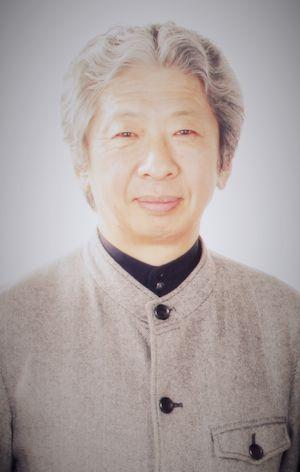 ゲスト◇小森 陽一(Komori Youichi)1953年、東京生まれ。北海道大学文学部、同大学院文学研究科博士課程修了。東京大学大学院教授(日本近代文学)、文芸評論家、「九条の会」事務局長。日本近代文学研究者。漱石関連の著書を多数執筆し著書に『夏目漱石を読む』『漱石を読みなおす』他。その他にも、『橋下「維新の会」の手口を読み解く』(2012年、新日本出版社)、『生きさせる思想』(2008年、新同)、『理不尽社会に言葉の力を』(2007年、同)、『座談会 昭和文学史』(共著、全六巻2004年完結、集英社)、『泥沼はどこだ』(共著、2012年、かもがわ出版)、『天皇の玉音放送』(2008年、朝日文庫)、など多数執筆している。