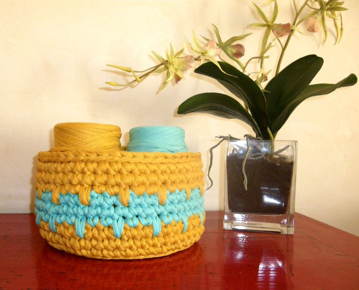 Two-tone crochet basket with t-shirt yarn