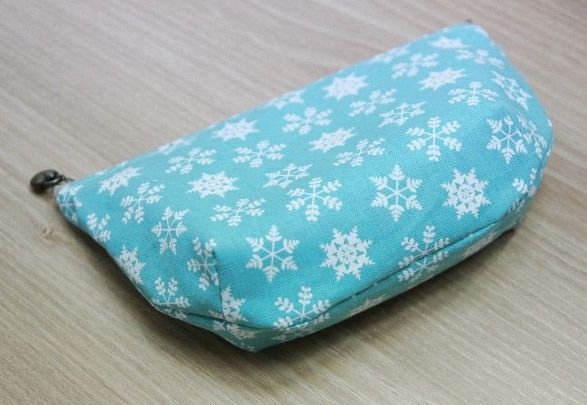 Step by Step Sewing Tutorial in Pictures.  DIY Make Up Bag.