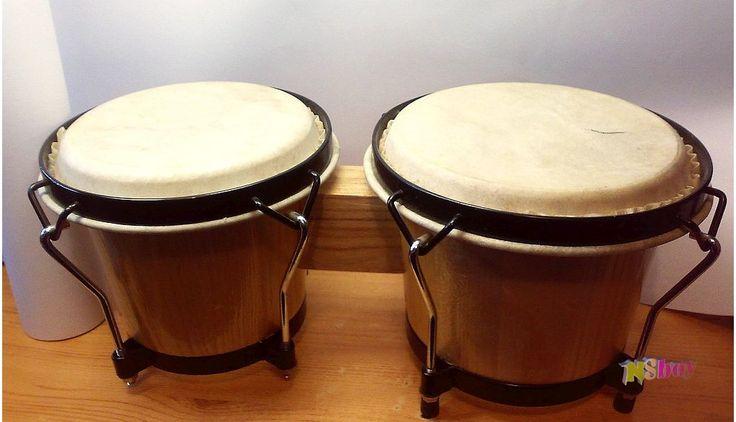 Összekapcsolt bongó pár, natúr kaucsukfa test, lakkozott felület, bivalybőr dobbőrök.