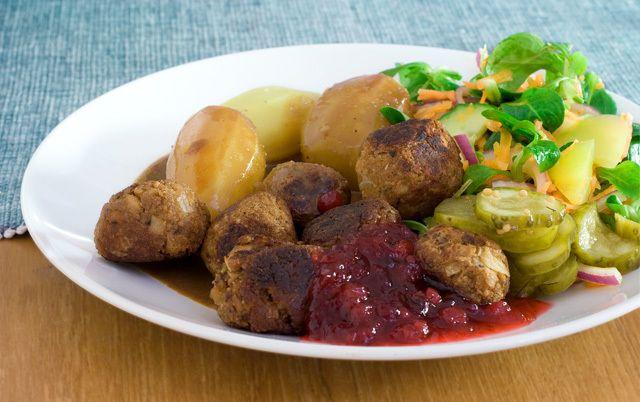 Recept som innehåller 3 dl sojagranulat, 1 gul lök, 2 msk sojamjöl, 2 potatisar, 2 msk ströbröd, 1 buljongtärning, Timjan, Basilika, Salt, Peppar