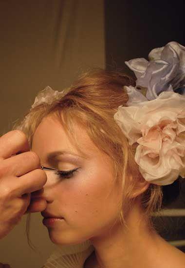 Givenchy make-up 2009: Les Poétiques - Givenchy: Make up 2009: Les Poétiques - Nicolas Degennes  - Bei Givenchy lässt sich der zarte Teint nicht von der winterlichen Monotonie dämpfen. Ganz im Gegenteil: Das Gesicht strahlt in seiner vollen Pracht! Ein Hauch...