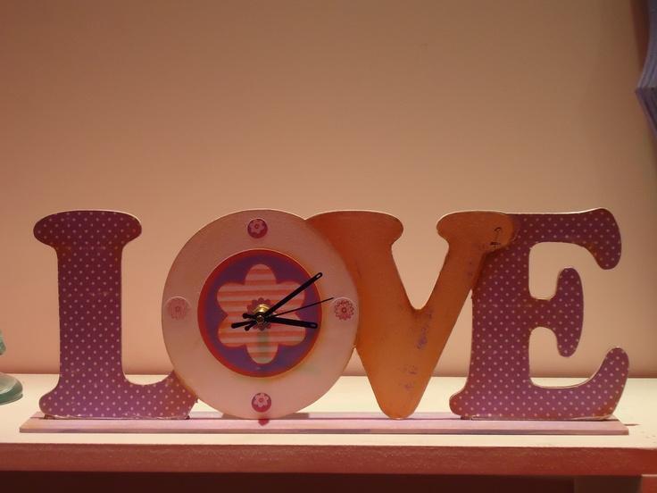 Reloj love y letras decoradas por Graciela Gomez con laminas y stickers de Herminia Devoto
