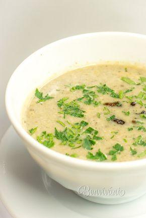 Jednoduchá, rýchla a chutná polievka z čerstvých šampiňónov. Šampiňóny sa najprv opečú, aby sa zvýraznila ich chuť. Dochutená rozmarínom a kvalitným vývarom je táto polievka vynikajúca.