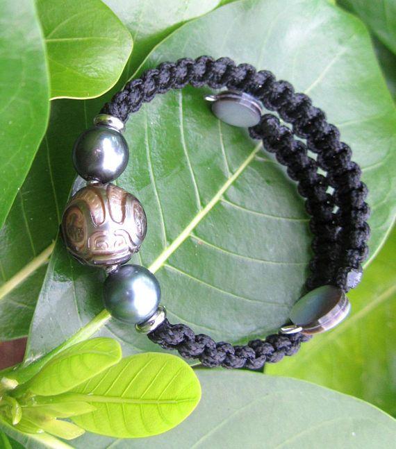 Esta pulsera para hombre es el nombre de Tahitian POE TORU significado tres perlas. La perla negra tahitiana es reconocida mundialmente por su calidad y sus reflexiones, a veces gris, a veces verdes, a veces rosados o azul. Cada perla es única por su color, su brillo y su forma. Las pocas imperfecciones que puedan aparecer en la superficie de una perla atestiguan a la meticulosa y trabajo natural perla de ostra que se deriva. Proporcionó el certificado de autenticidad a su cordón que…