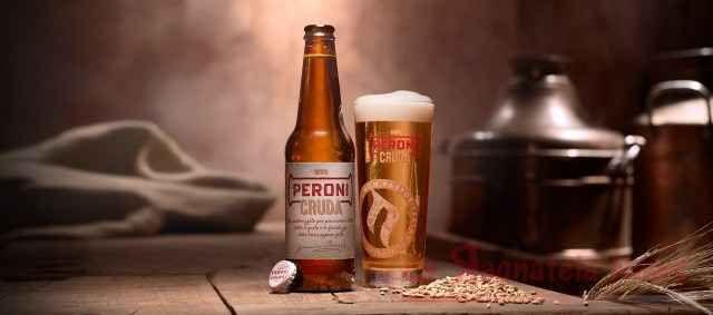 """Peroni cruda vince il premio come miglior birra Lager 2018 Il prestigioso riconoscimento è arrivato nel corso del New York International Beer Competition 2018, dove la """"non pastorizzata"""" della famiglia Peroni è stata insignita del titolo di International Style Lager of The Year. Ebbene sì, stiamo parlando della miglior birra a livello internazionale della"""