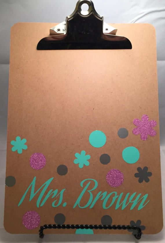 A great gift for your childs teachers, coaches, professors, and mentors! Personalized and embellished custom clipboard with polka dots and flowers in up to three colors! Great for graduating students or for back to school.  Please include name and up to 3 colors in the notes to seller. For reference, the 1st, 2nd, and 3rd colors are: 1st- light green (including name) 2nd- pink glitter 3rd- silver metallic  Most colors are available in both matte and glitter finishes. Metallic option is…