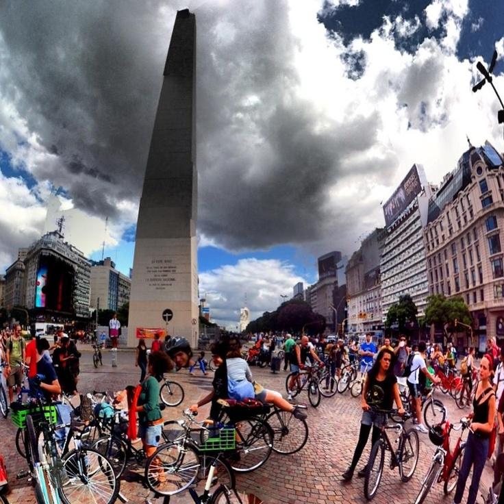 No hay forma más divertida de conocer una ciudad que pedalear con miles de ciclistas por sus callecitas y avenidas, desde Santiago de Chile un abrazo a los compedales Argentin@s que hacen de la Masa Crítica de Buenos Aires una fiesta pedalera imperdible.