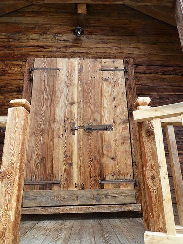 PORTONE D'INGRESSO ENTRANCE DOOR www.casalegnoantico,it   #legnovecchio #legnodirecupero #italianoldwooddesign #Macugnaga #Expo2015 ALTHOLZBAU