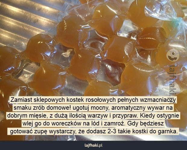Lajfhaki.pl - Zamiast sklepowych kostek rosołowych pełnych wzmacniaczy smaku zrób domowe! ugotuj mocny, aromatyczny wywar na dobrym mięsie, z dużą ilością warzyw i przypraw. Kiedy ostygnie wlej go do woreczków na lód i zamroź. Gdy będziesz  gotować zupę wystarczy, że dodasz 2-3 takie kostki do garnka.