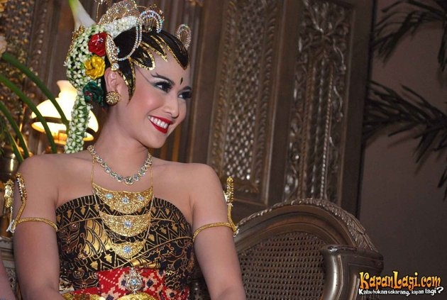 Dian dalam busana adat Jawa di hari pernikahannya.