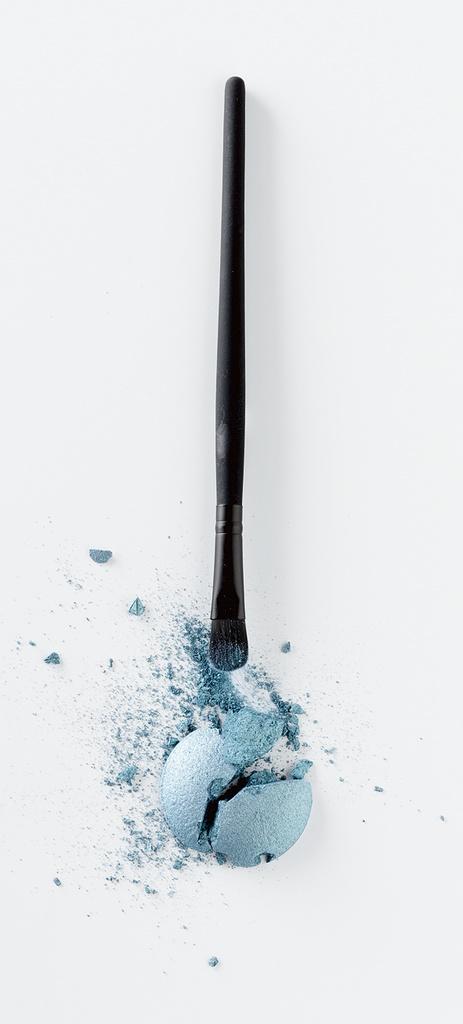 Met de Etos oogschaduwapplicator (€ 1.99) breng je eenvoudig je oogschaduw aan. Kies voor een metallic blauwe, frisse oog make-up en combineer het met een zwart lijntje om je ogen en mascara op je wimpers.