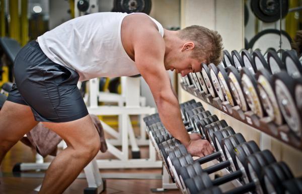 #фитнес #тренировки #самый_результативный_проект #BodyFit #Спортлайф #Витаспорт Трёхдневный сплит для мужчин (вариант 1) Понедельник (грудь,спина) ГРУДЬ - Жим штанги лёжа 3-4 подхода по 10-12 повторений - Жим гантелей с наклоном вверх 3-4 подхода по 8-12 повторений - Пуловер с наклоном вниз СПИНА - Подтягивания широким хватом 4 подхода по 8-12 повторений - тяга Т-грифа 3-4 подхода по 10-12 повторений - тяга штанги в наклоне обратным хватом 4 подхода по 8-12 повторений Среда (ноги) - Жим…