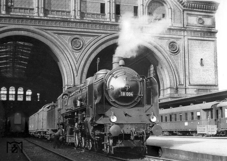 18 004 vor dem Dresdener Schnellzug in Berlin Anhalter Bahnhof. (1935) Foto: RVM