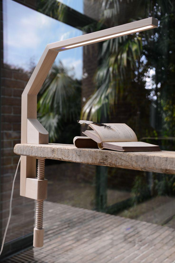Lampada da tavolo a led mod. VIDUN -  realizzata in legno massello di faggio con trattamento ad olio naturale ed ecologico
