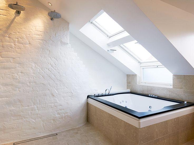baden in licht badezimmer pinterest dachfenster schr g und badewannen. Black Bedroom Furniture Sets. Home Design Ideas